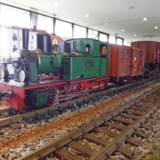Eine seltene Kleinserienlok aus Metall ungwohnt vor einem Rollwagenzug. Das Vorbild der Lok war jahrzehntelang bei der Wangerooger Inselbahn im Dienst, Quelle: Holger Gatz