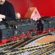 Zwei Echtdampfloks vor einen Zug mit Rollwagen, Quelle: Holger Gatz