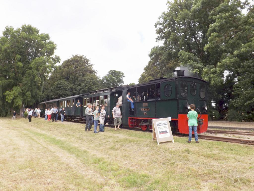 PLATTENBERG mit Personenzug in Heiligenberg auf den Gegenzug wartend