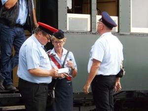 Wie stehts um den Zeitplan? Stationsvorsteher, Zugführerin und Zugbegleiter in Heiligenberg
