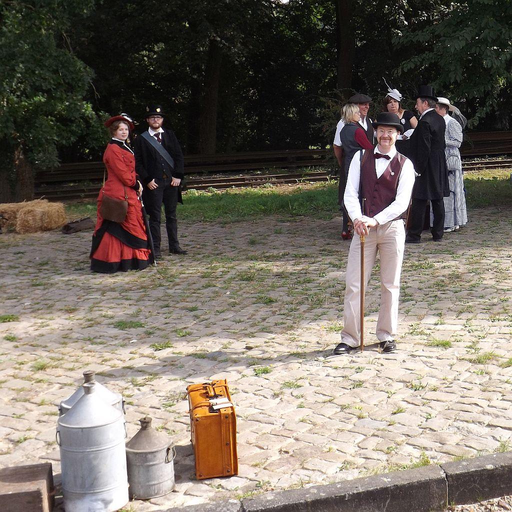 Herrschaften des Bremer Zirkels warten auf die Weiterfahrt in Heiligenberg