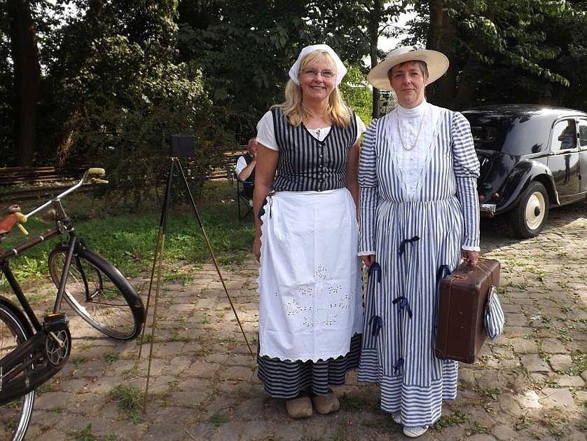 Bäuerin und Stadtfrau in Heiligenberg. Der Citroen deutet schon die folgende Epoche an