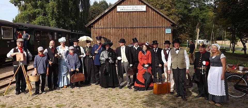 Gruppenfoto mit kostümierte Fahrgäste und Akteuere beim historischen Wochenende