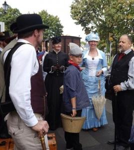 Fanden sich zum Historischen Wochenende ein: Victorianisch gekleidete Besucher am Bahnhof Bruchhausen-Vilsen, Bilder: Holger Gatz, 2016